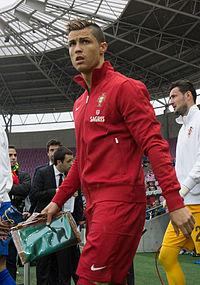 200px-Cristiano_Ronaldo_-_Croatia_vs__Portugal,_10th_June_2013